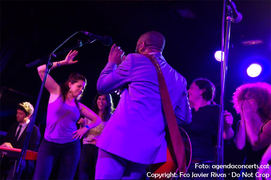 Binky Griptite, ballant amb dones del públic a la sala Apolo 2 de Barcelona.