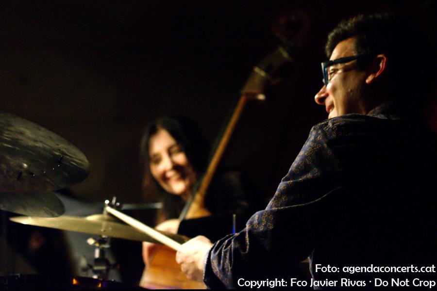 EL bateria David Xirgu, actuant amb el Giulia Valle Trio -al fons-, a la sala Jamboree de Barcelona.