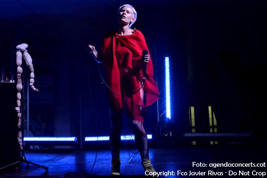 Jenny Hval, actuant al Caixafòrum de Barcelona.