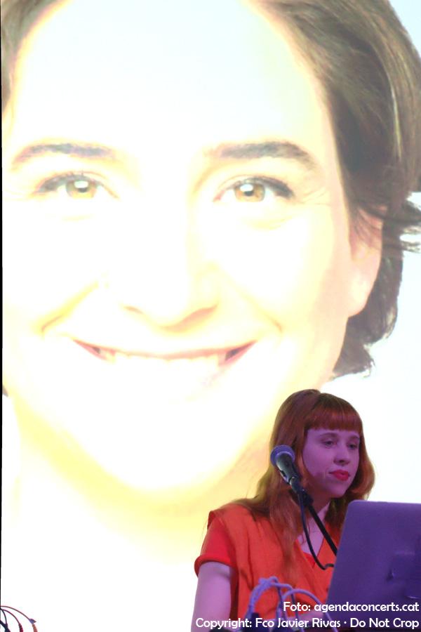 Holly Herndon, amb una fotografia d'Ada Colau -alcaldessa de Barcelona- al darrera.
