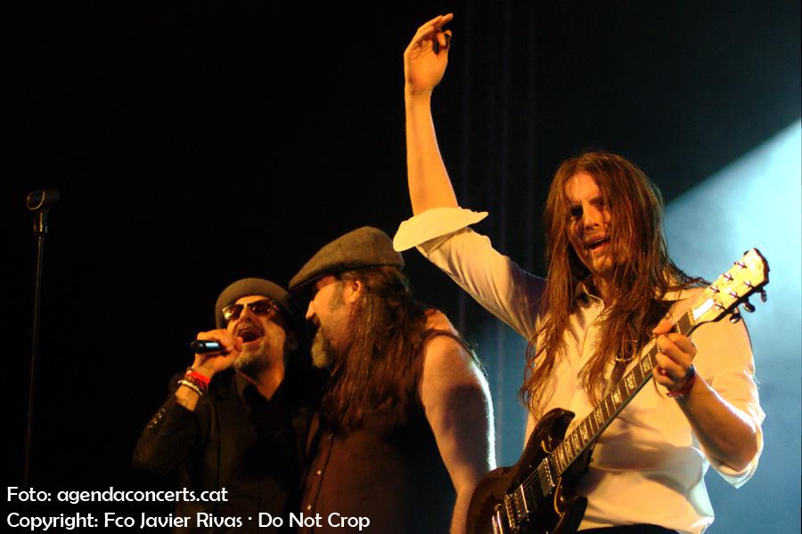 The Bon Scott Band – Tribut a AC/DC, actuant a la Festa Major de Sant Boi de Llobregat 2017. Amb el cantant del grup Doctor Enfermo, convidat a pujar a l'escenari del grup de hard rock.