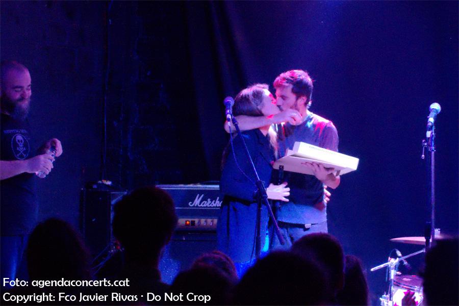 Fighter Pillow, amb Eli Molina al capdavant, han presentant 'Sized Up' a la sala BeGood de Barcelona. El bateria feia anys i ho va celebrar al final del concert.