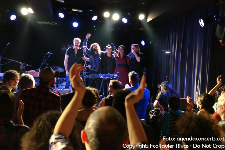 El públic aplaudeix la gran actuació de Julián Maeso i la seva banda dins el cicle Curtcircuit a la sala Apolo 2 de Barcelona.