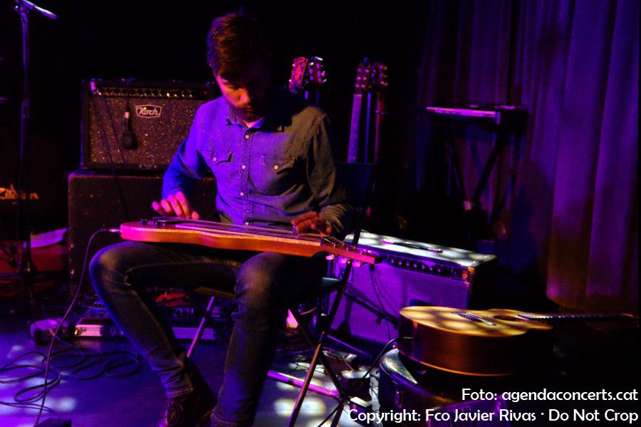 El guitarrista que ha acompanyat a Roger Usart, actuant a la sala Apolo 2 de Barcelona dins el cicle de concerts Curtcircuit.
