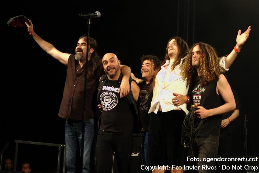 The Bon Scott Band – Tribut a AC/DC, actuant a la Festa Major de Sant Boi de Llobregat 2017. Acomiadant-se del públic.