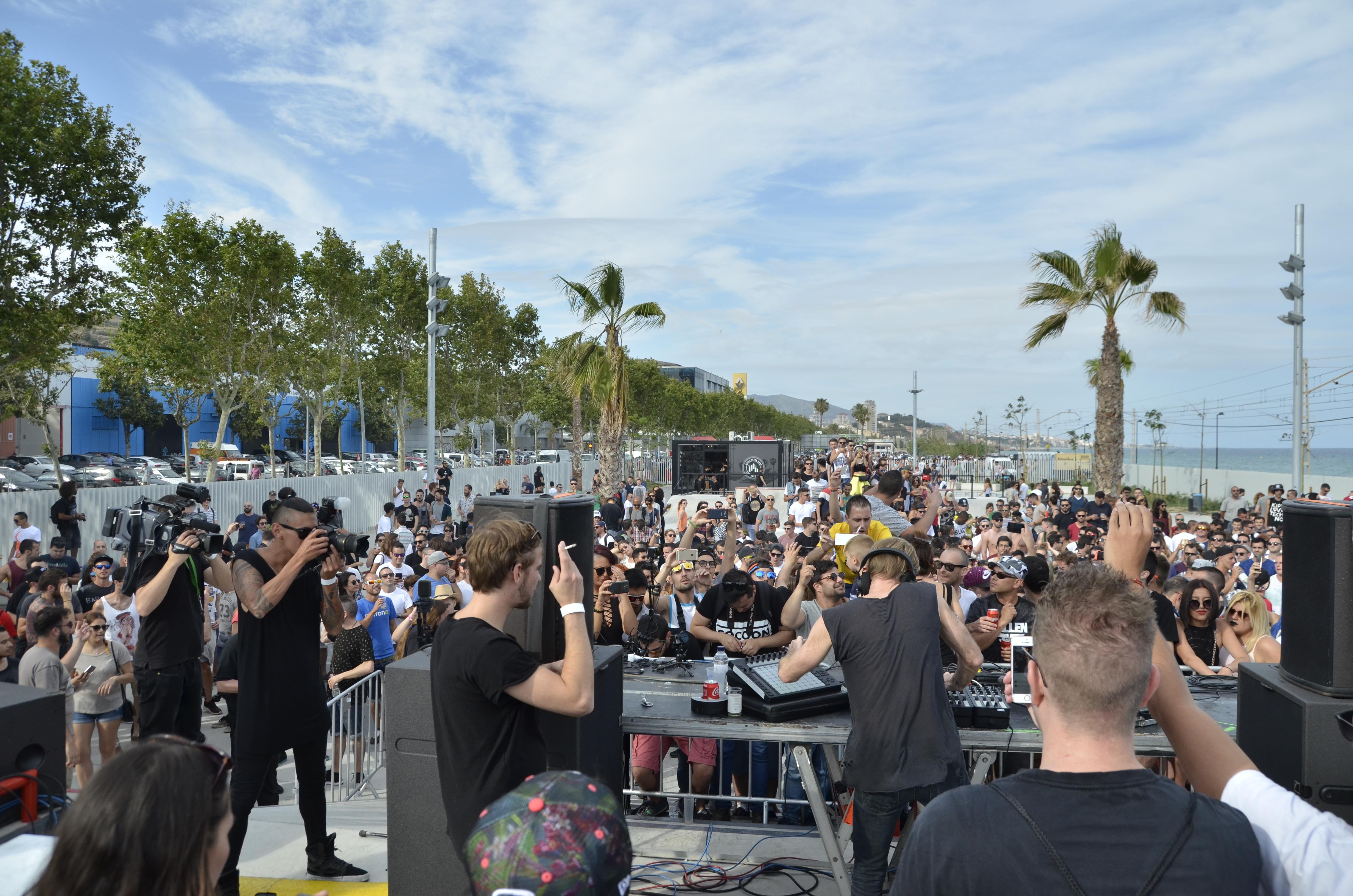Richie Hawtin, d'esquenes a la càmara, actuant en front de milers de joves a l'inauguració oficiosa del Sónar.