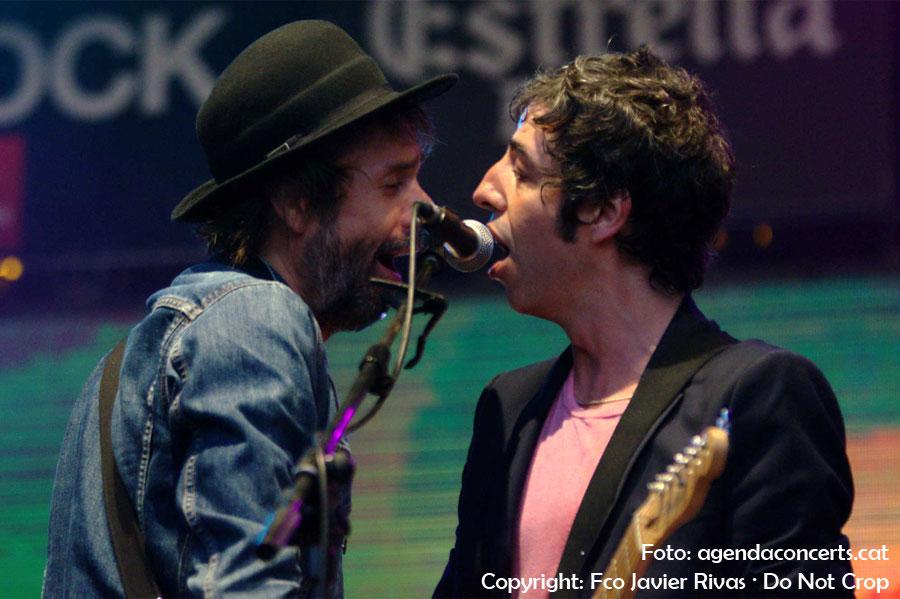 D'esquerra a dreta, el guitarrista Jesús Senra i el cantant Marc Ros, els dos del grup Sidonie, actuant al Festival Canet Rock 2016.