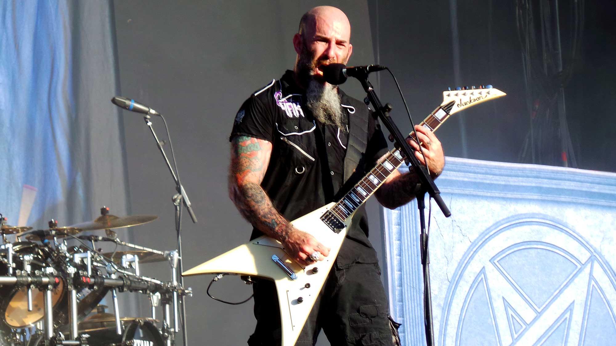 Scott Ian, un dels fundadors d'Anthrax, actuant al Rock Fest 2016 de Santa Coloma de Gramenet.