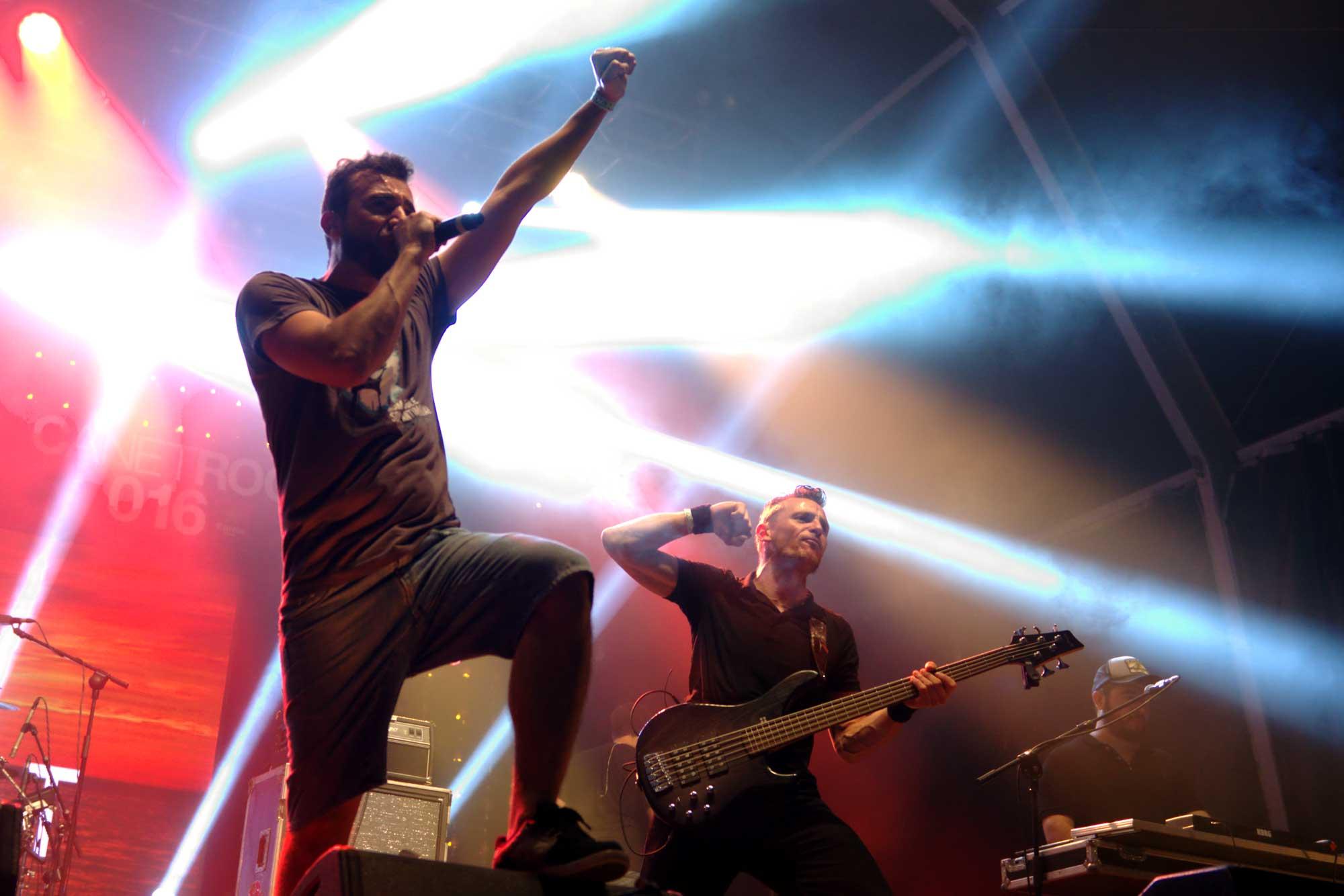 El cantant Kiko Tur, en primer pla amb el braç en alt, i el baixista Xavi Arias, durant la seva actuació al Canet Rock 2016.
