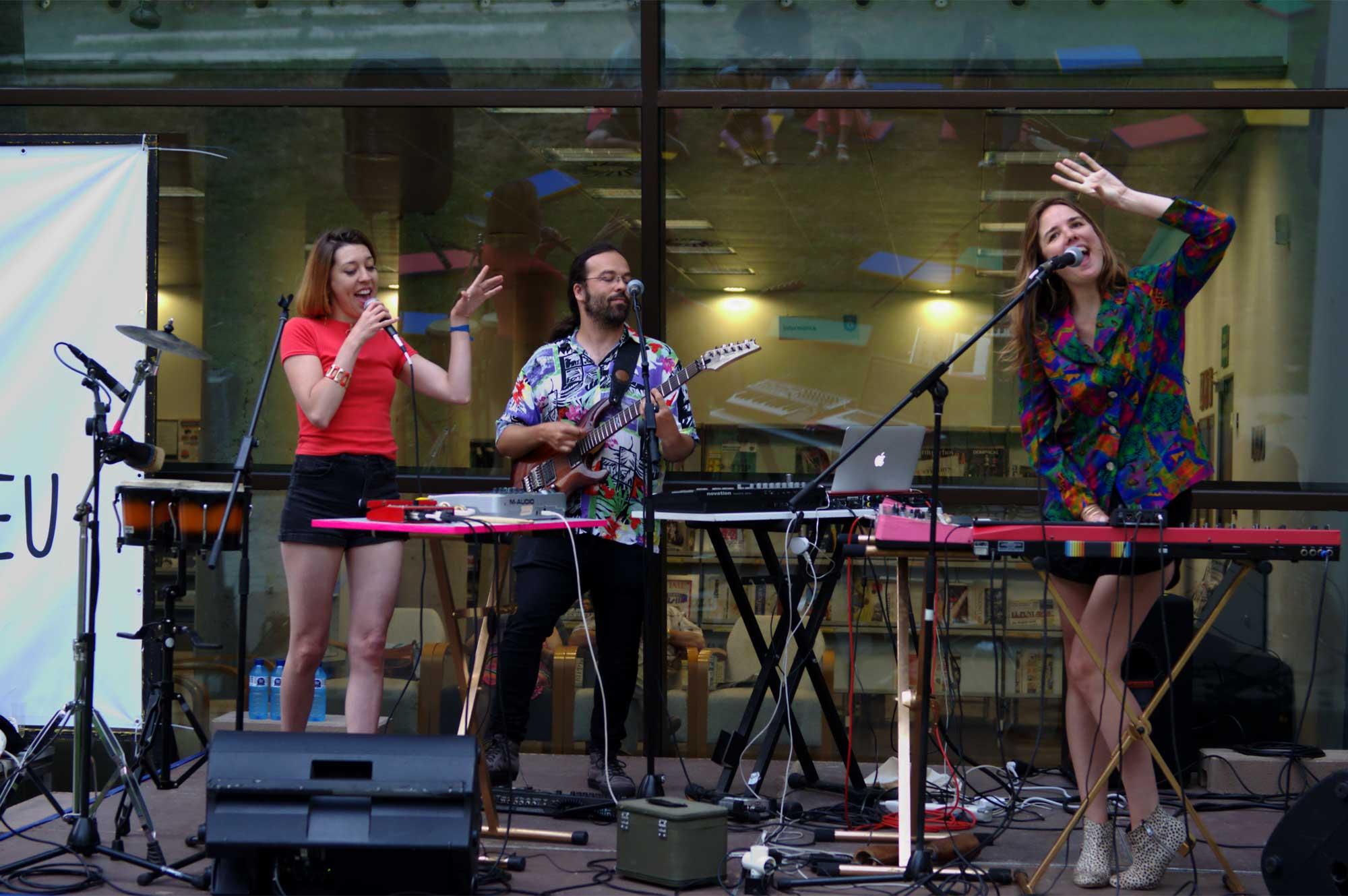 El grup Cheetah Brava actuant al pati de la Biblioteca Josep Soler de Gavà.