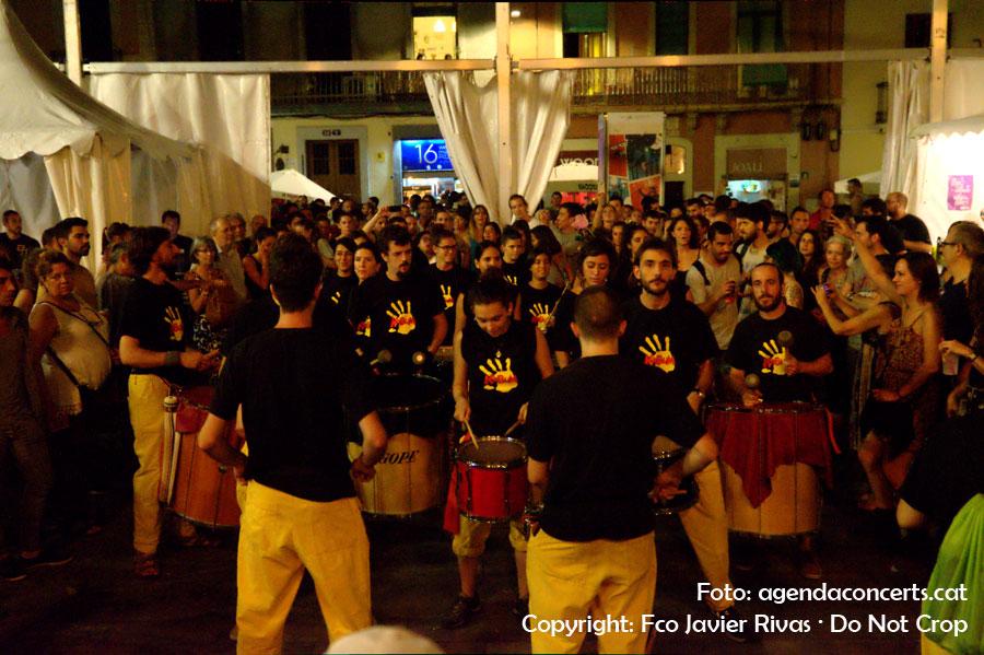 El grup de percussió Kabum -adscrit al Centra Artesà Tradicionàrius- ha escalfat l'ambient abans de l'actuació d'El Pont d'Arcalís i La Talvera a la plaça del Sol durant la Festa Major de Gràcia 2016.