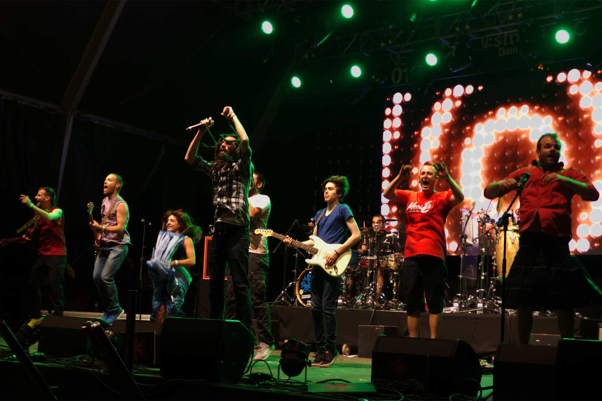 El grup La Gran Pegatina poques vegades ha deixat de saltar i moure's en la seva actuació al Canet Rock 2016.