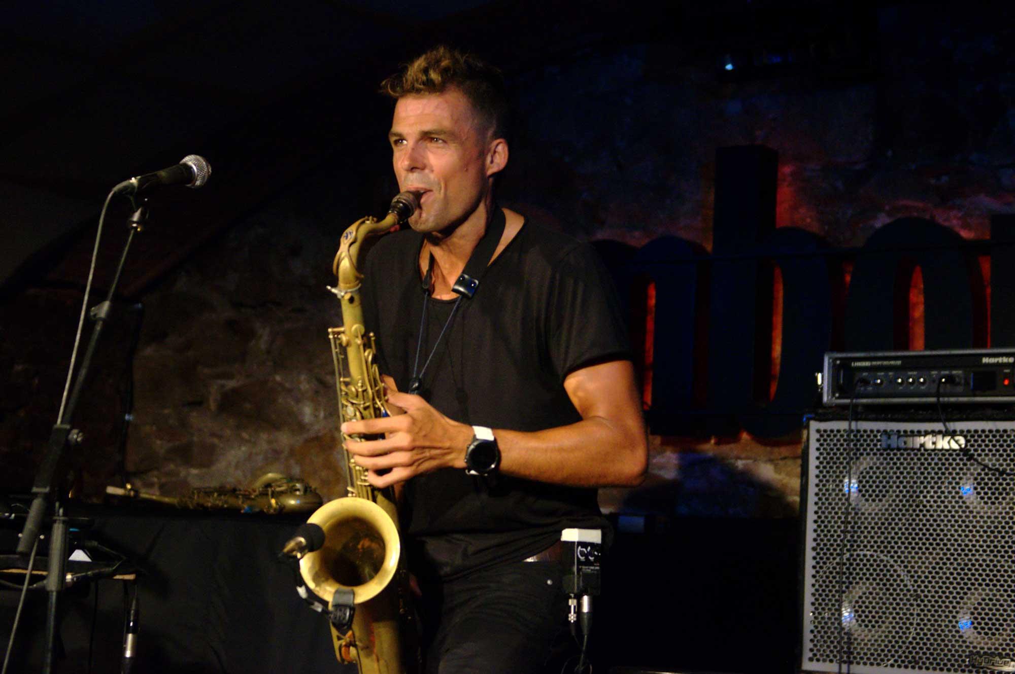 El saxofonista Llibert Fortuny s'ha presentant en solitari a la sala Jamboree de Barcelona. Ha tocat amb saxofons 'normals' i un d'electrònic i també ha fet servir pistes que ha anat gravant durant el concert i altres que ja tenia gravades, com a base rítmica.