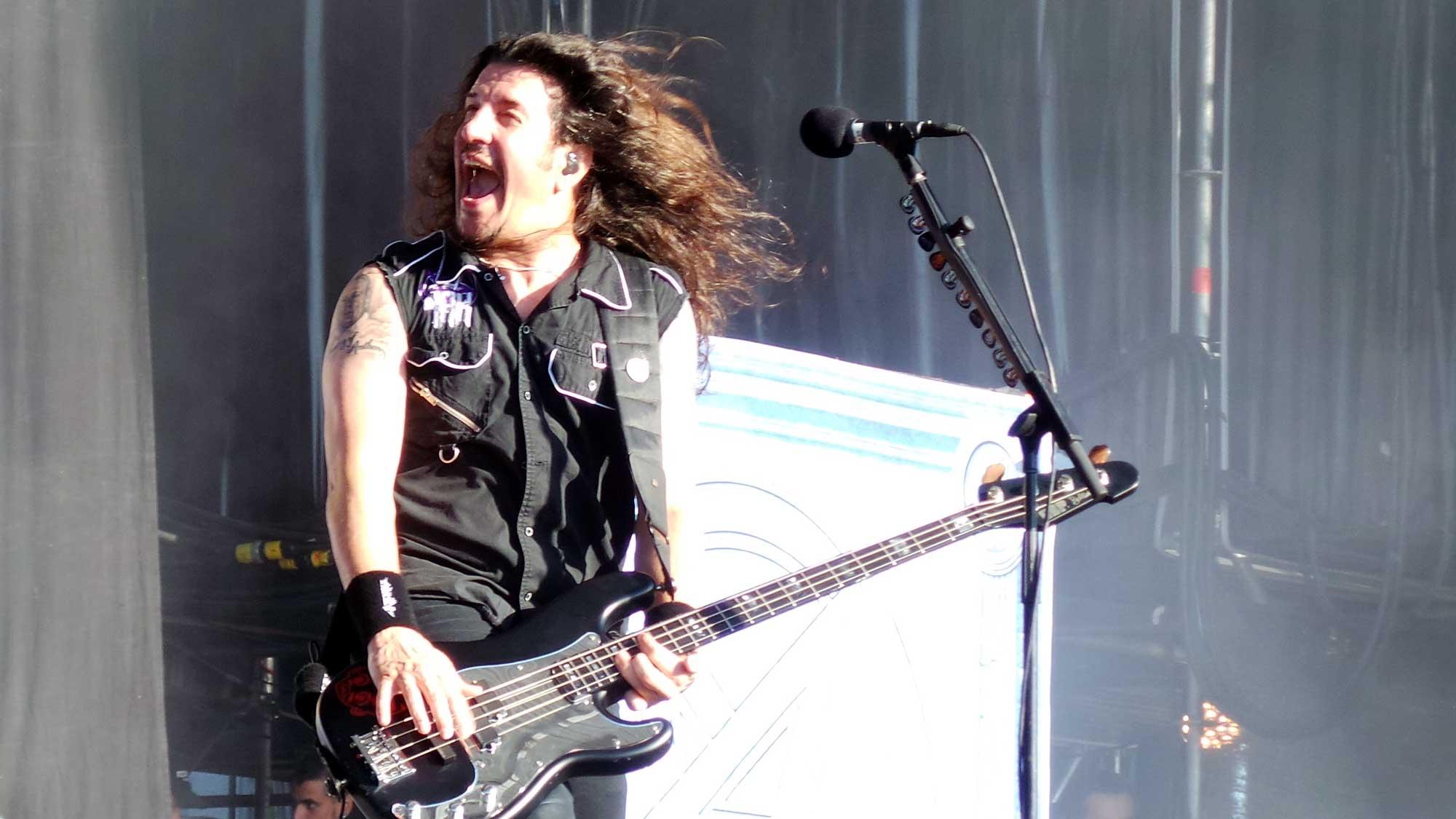 Frank Bello, guitarrista d'Anthrax, actuant al Rock Fest 2016 de Santa Coloma de Gramenet.