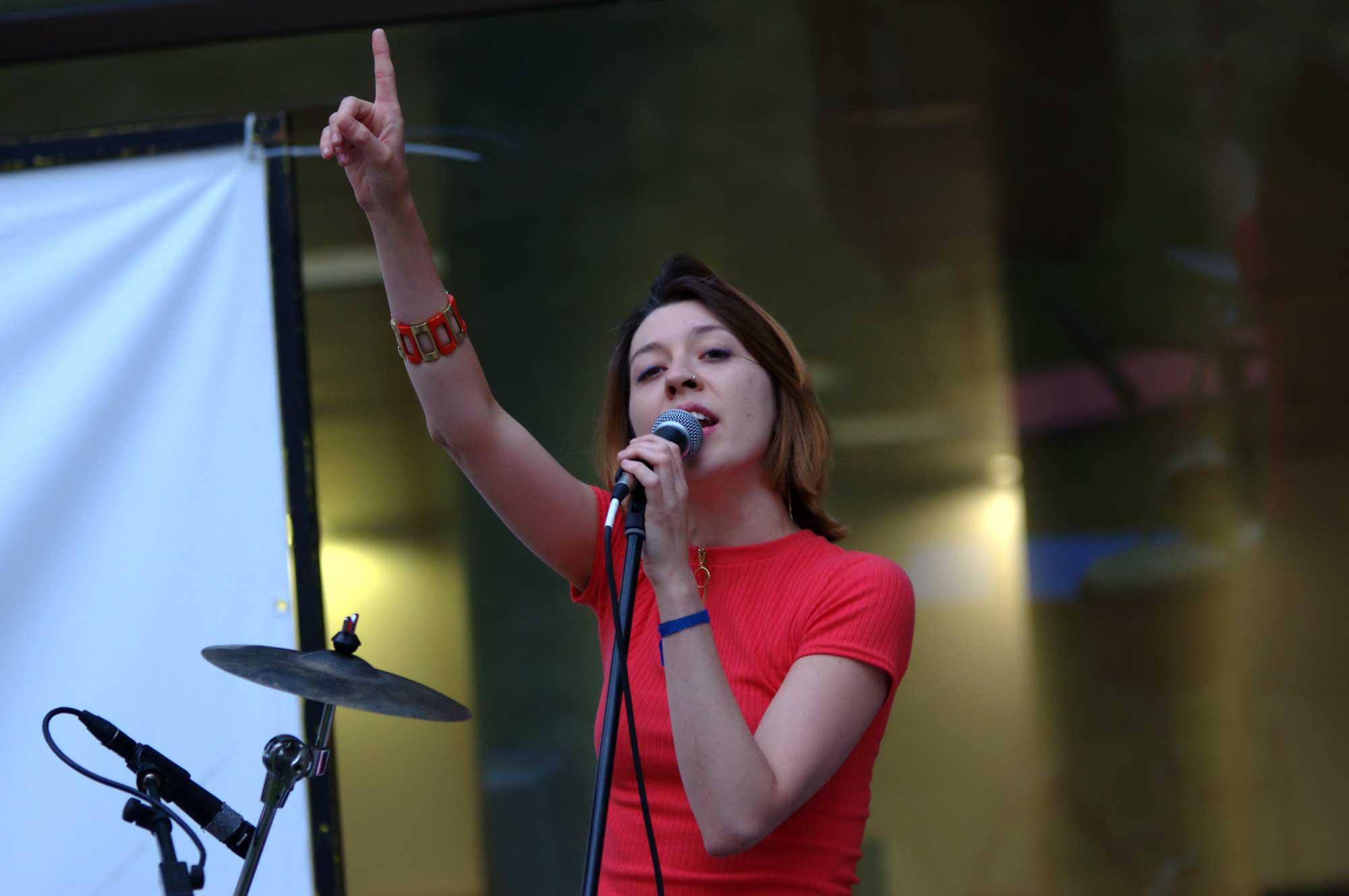 Carla Blanch, cantant i percusionista del grup Cheetah Brava, actuant al pati de la biblioteca Josep Vidal de Gavà.
