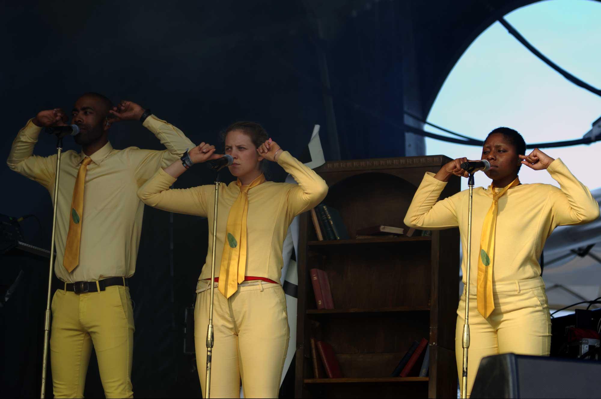Un cor de tres persones simbolitzava, al concert d'Esperanza Spalding al festival Cruïlla 2016, les tradicions i costums que lliguen la llibertat individual. Poc després, el cor ha començat a ballar entre el públic del festival.