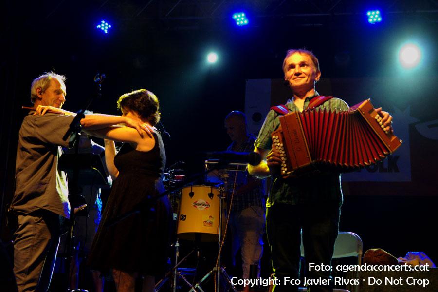 Els components del grup occità La Talvera, ensenyant al públic com es balla.