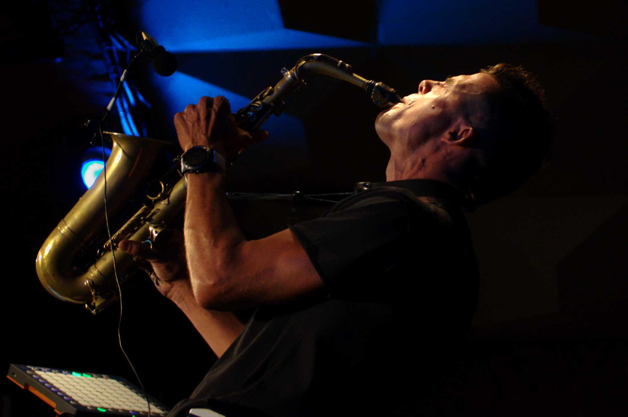 El saxofonista Llibert Fortuny vist des d'un lateral de la petita sala Jamboree de la plaça Reial de Barcelona.