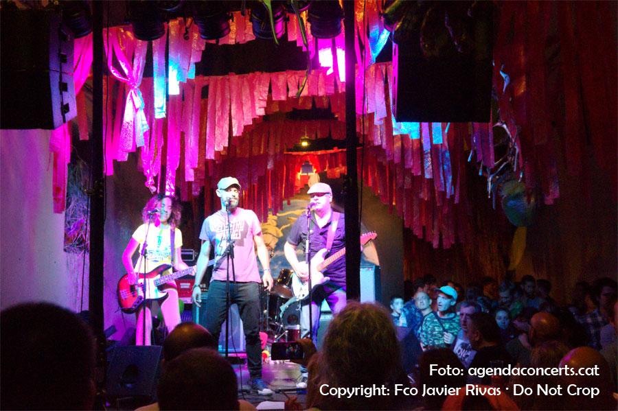Los Eléctricos, rock cantant en castellà, actuant al carrer Mozart durant la Festa Major de Gràcia 2016.