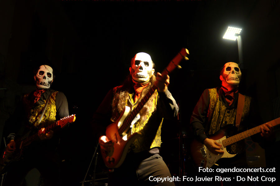 Los Tiki Phantoms, actuant al carrer Rossend Arús durant la Festa Major de Sants 2016.
