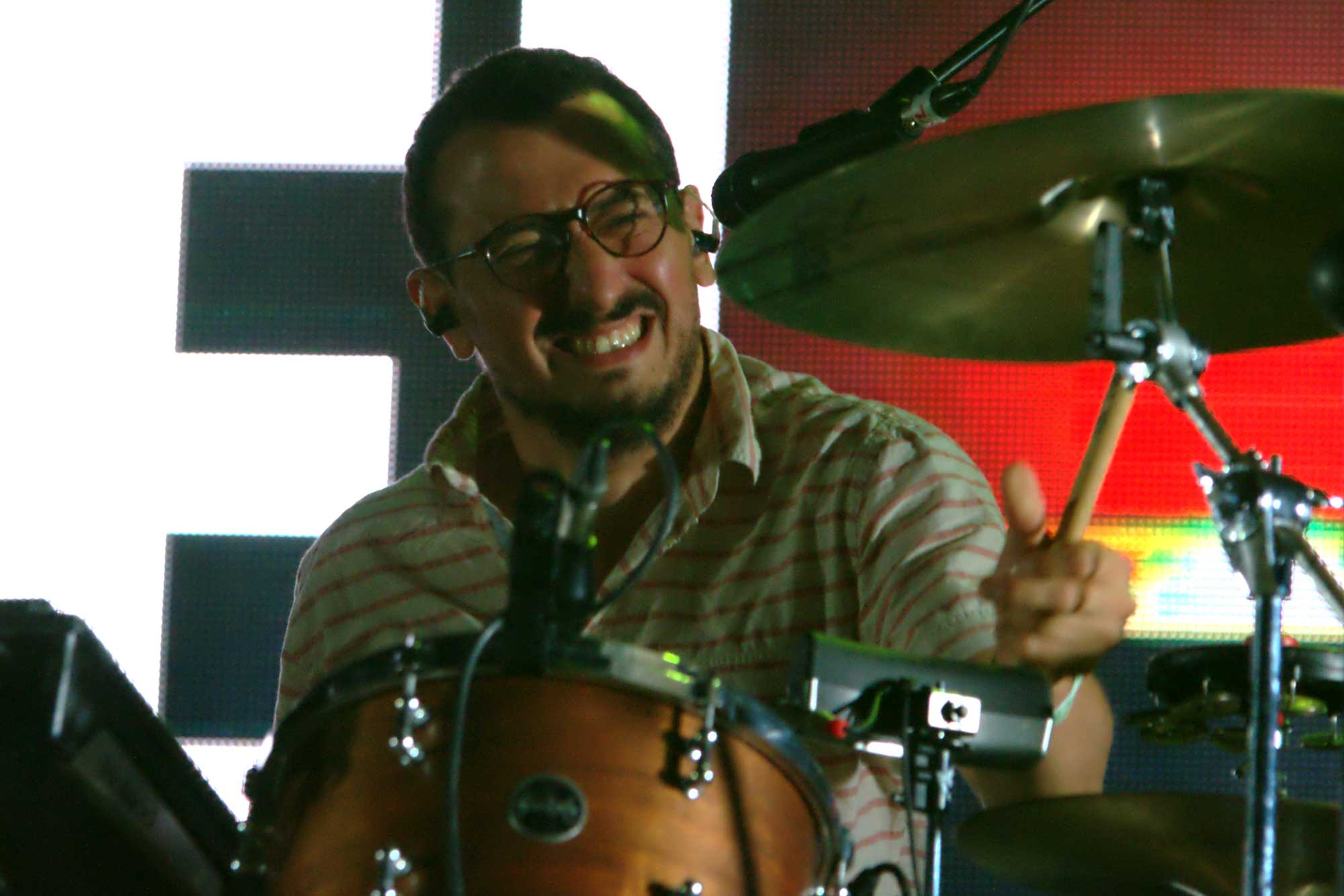Arnau Vallvé, bateria del grup Manel, durant l'actuació del grup al festival Canet Rock 2016.