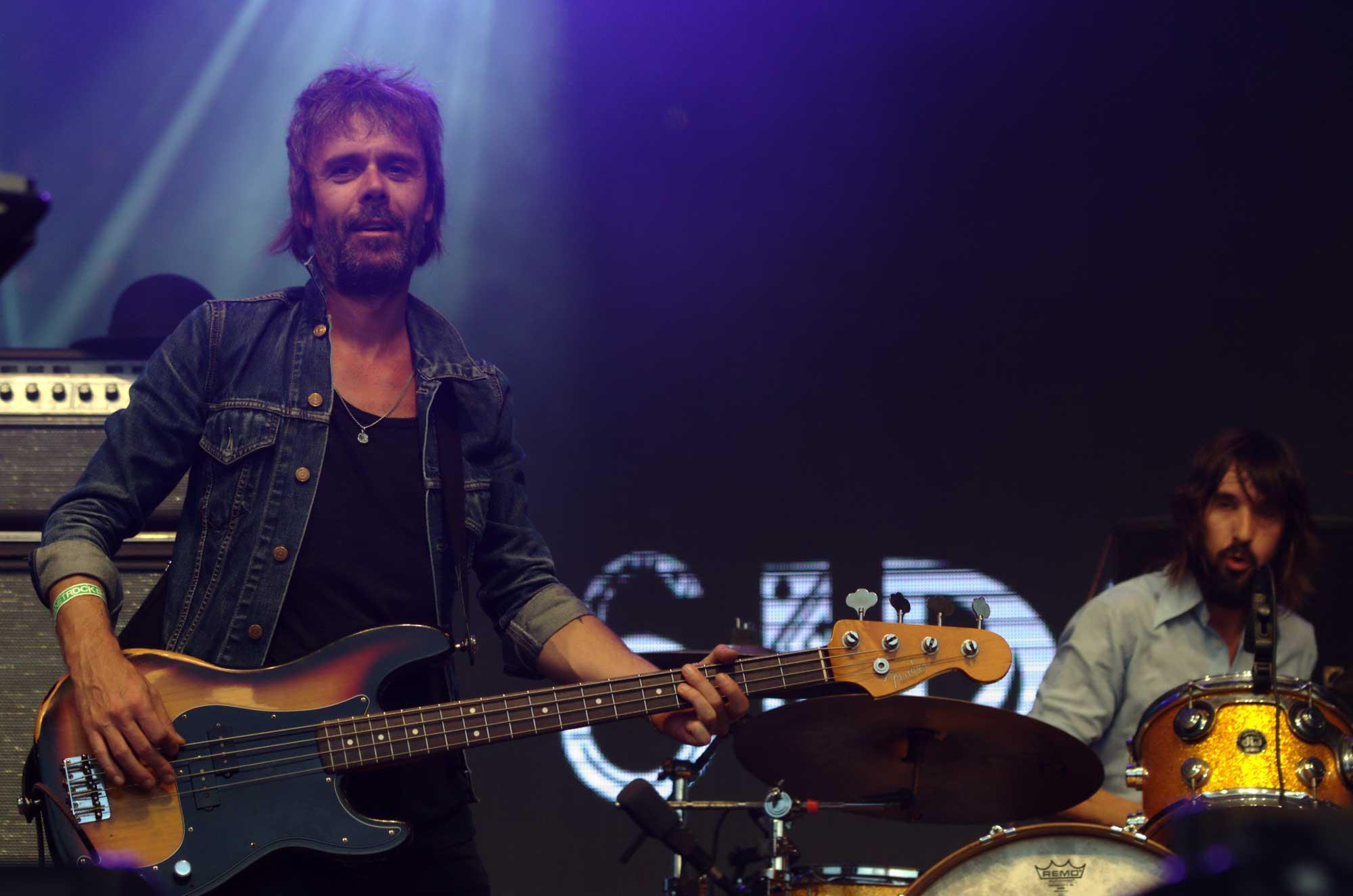D'esquerra a dreta, el guitarra Jesús Senra i el bateria Axel Pi, els dos de Sidonie, actuant al festival Canet Rock 2016.