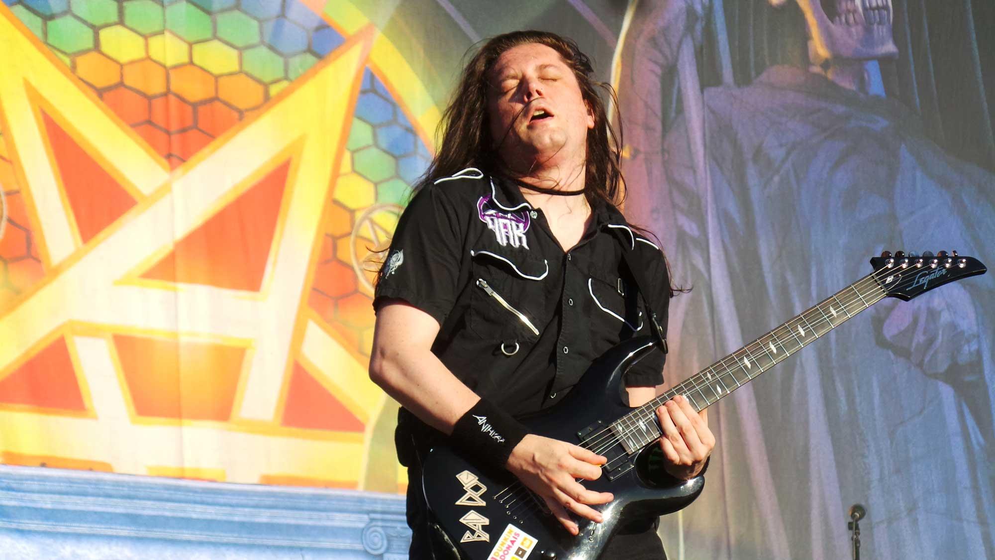 Jonathan Donais, guitarrista al grup Anthrax, actuant al Rock Fest 2016 a Santa Coloma de Gramenet.