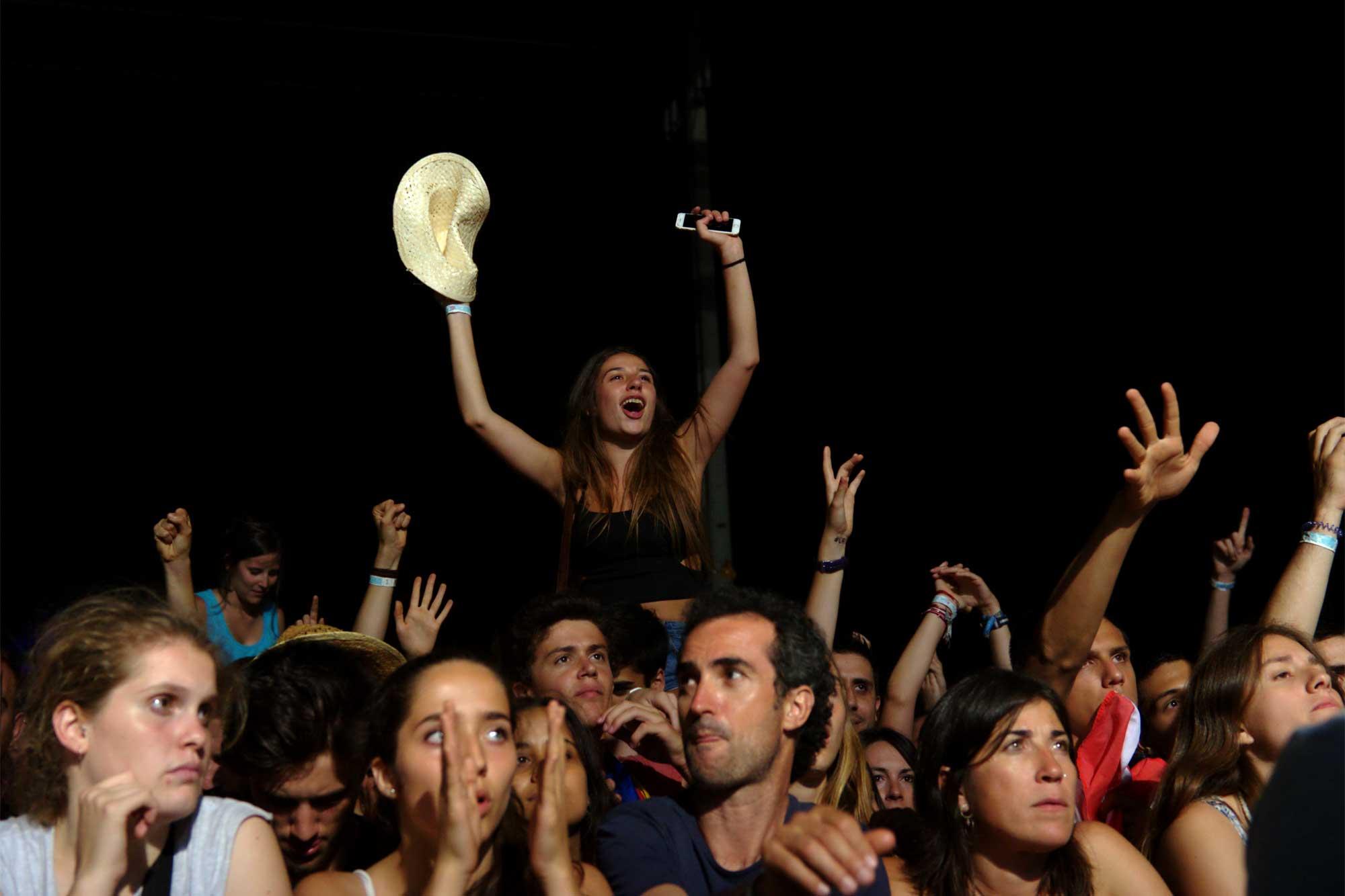 El públic embogeix durant l'actuació del grup valencià Aspencat al Canet Rock 2016
