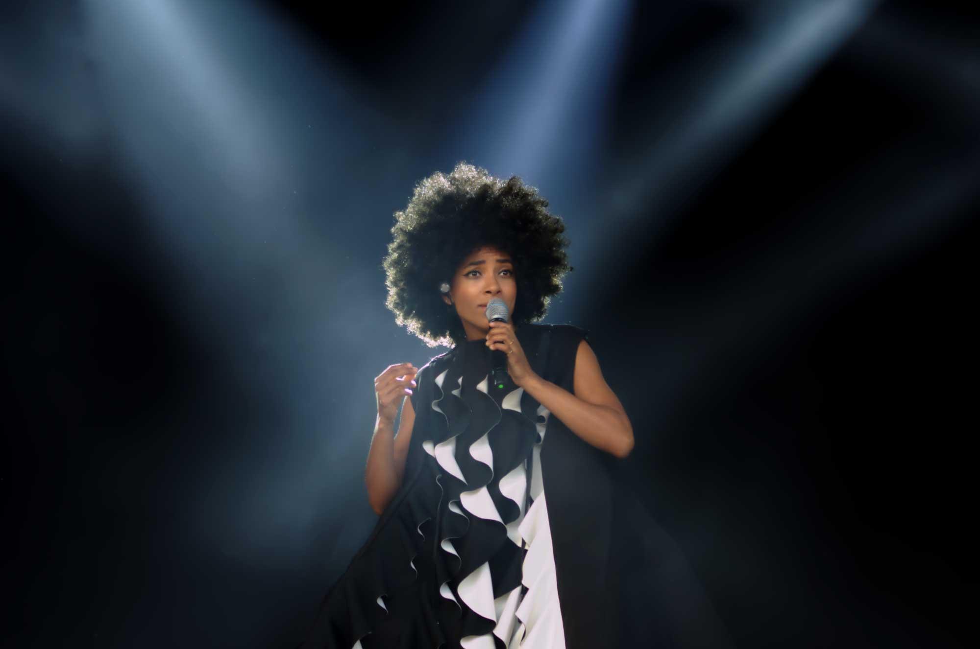 Esperanza Spalding ha sortir a escena al festival Cruïlla 2016 dins un espectacular vestit triangular. Poc després ha desaparegut dins el seu mateix vestit i ha sortit per sota vestida de blanc, amb una corona i els cabells lissos.