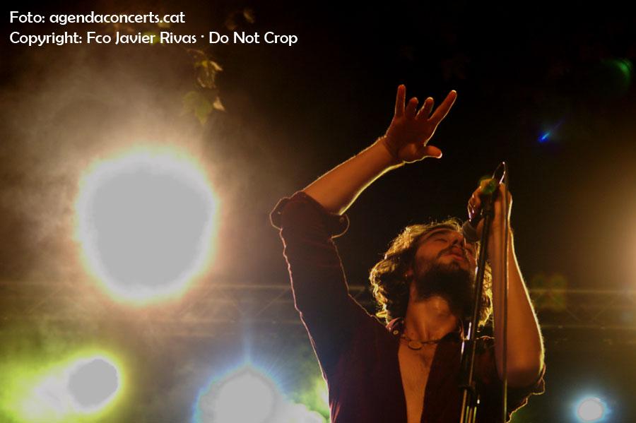 Arnau Ventura, cantant de Imperial Jade, actuant a la plaça Rovira i Trias durant la Festa Major de Gràcia 2016.
