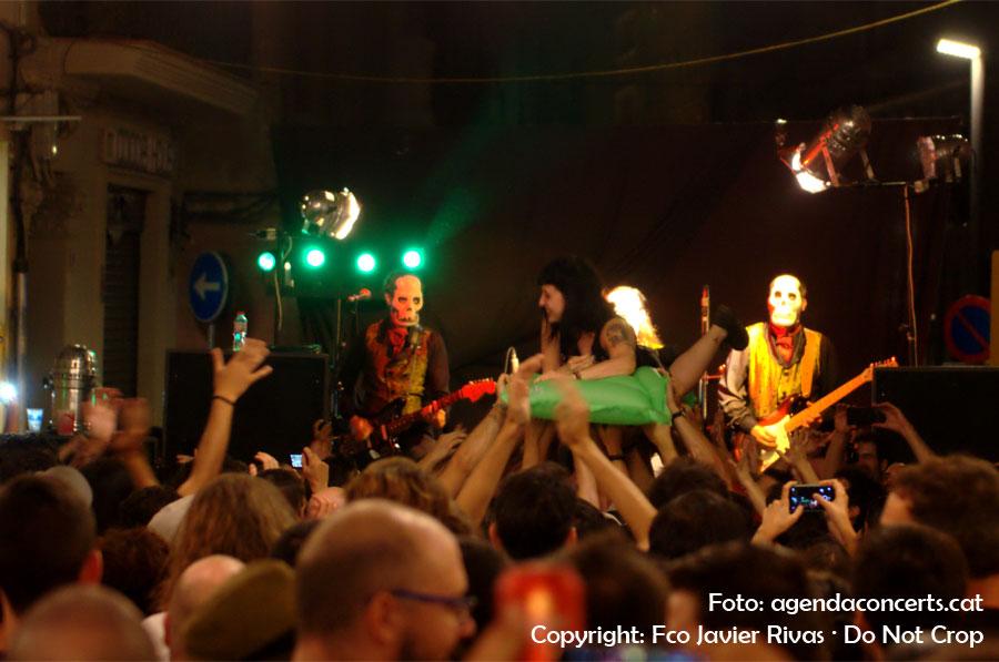 Los Tiki Phantoms, actuant al carrer Rossend Arús durant la Festa Major de Sants 2016. El grup, en cada concert, fa un sacrifici que consisteix en que una dona del públic pugi a un matalàs inflable i doni una volta per la zona de concert sense caure. En aquesta ocasió no va haver-hi sort.