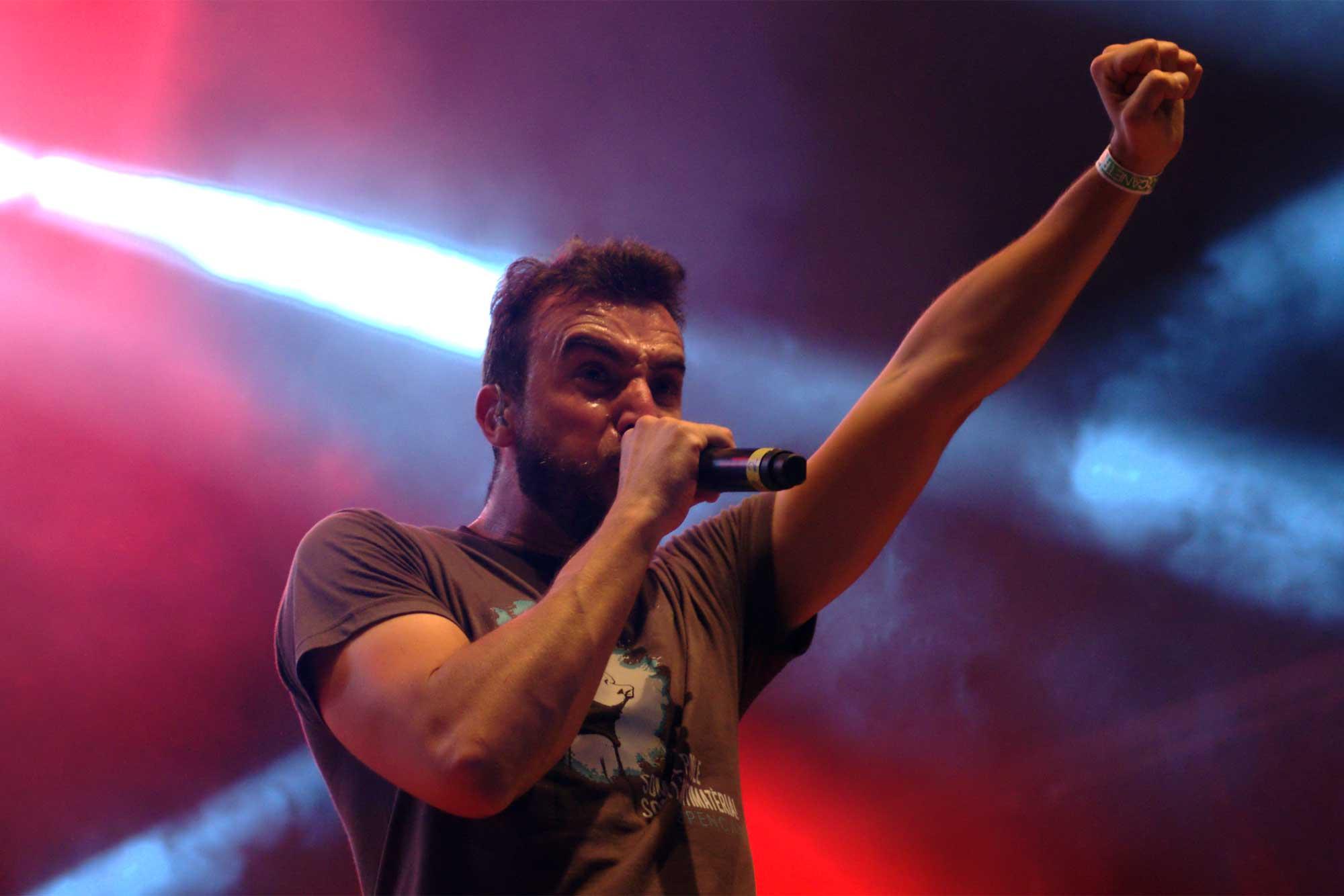 Kiko Tur, cantant d'Aspencat, la seva característica postura amb el puny esquerre en alt. Durant l'actuació del grup valencià al Canet Rock 2016.