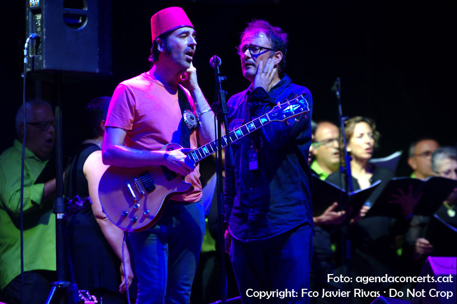 Isaac Ulam presentant el seu disc 'Ratpenat' al Festival BAM 2016 de Barcelona. Concretament a l'escenari de plaça dels Àngels. Entre skaters, com li agrada al cantant segons va assegurar durant el seu concert. A més de Isaac Ulam i la seva banda, va participar al concert el cor Sota Palau.