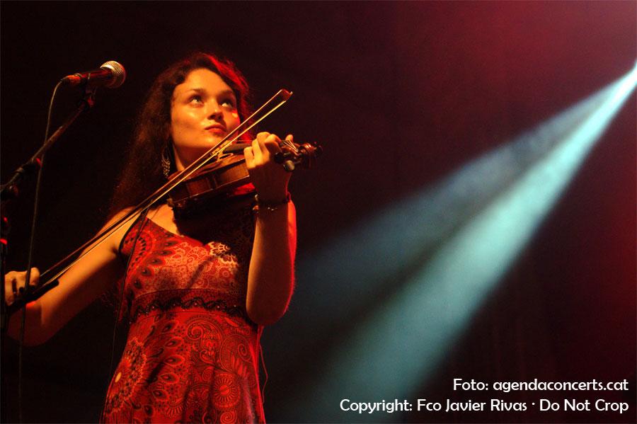 Violinista del grup occità La Talvera, durant la seva actuació a la Festa Major de Gràcia 2016.