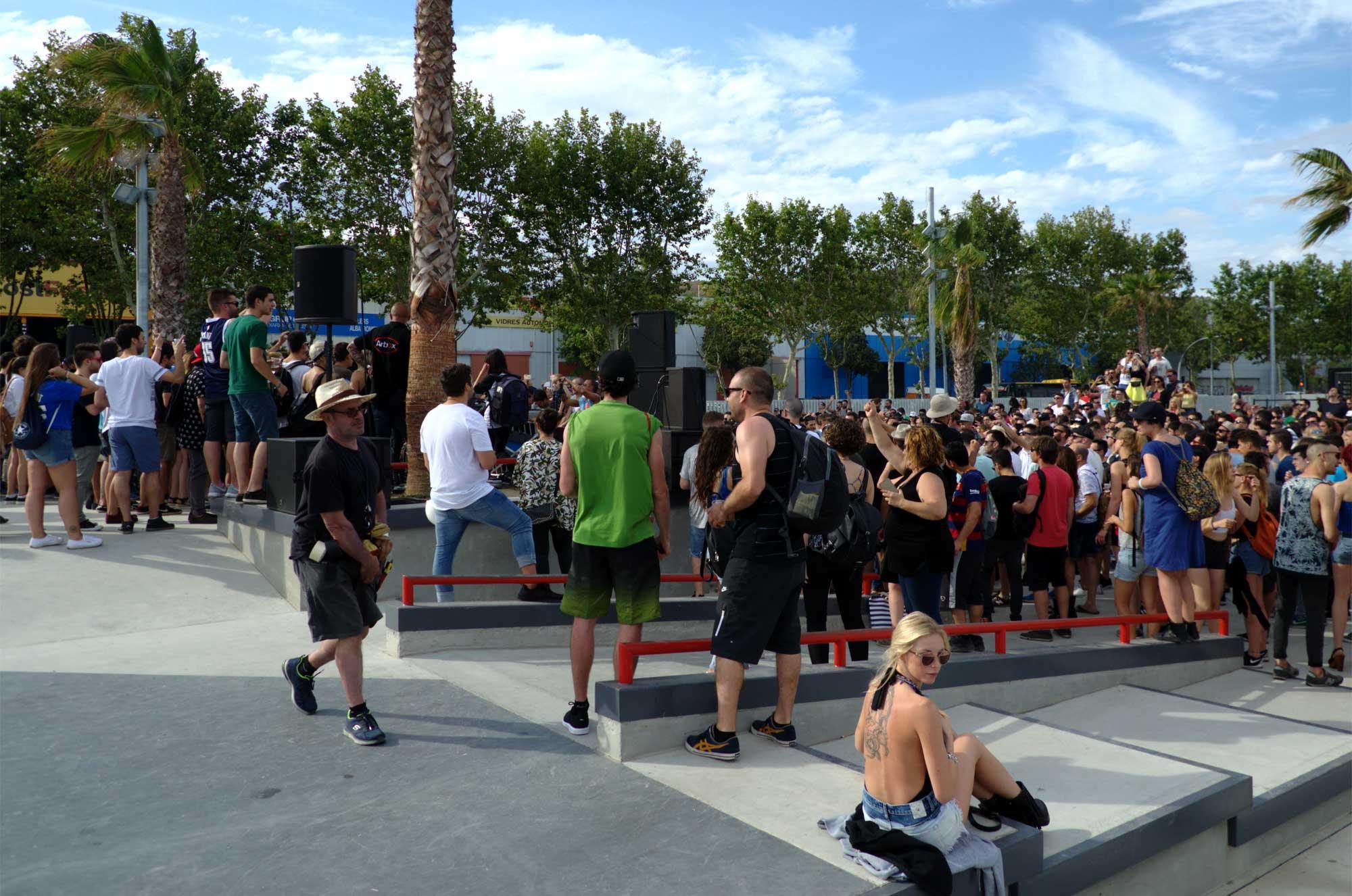 Ambient de la sessió de Richie Hawtin al Skate Park de Badalona en la inauguració del Sónar 2016. Ha estat un concert sorpresa gratuït que ha reunit a milers de joves.