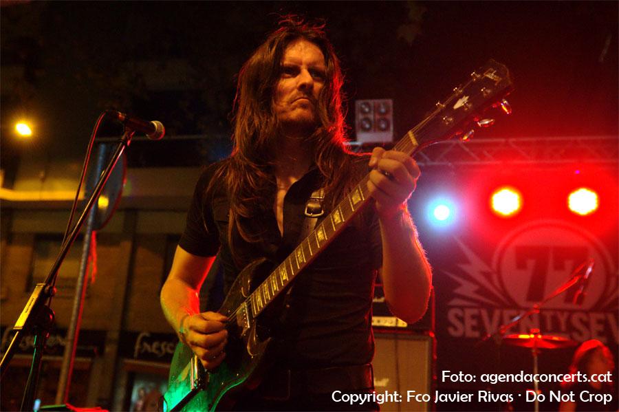El grup '77 (Seventy-Seven), actuant a la plaça Rovira i Trias durant la Festa Major de Gràcia 2016. El grup '77 (Seventy-Seven), actuant a la plaça Rovira i Trias durant la Festa Major de Gràcia 2016. En l'imatge, el guitarrista LG Valeta.