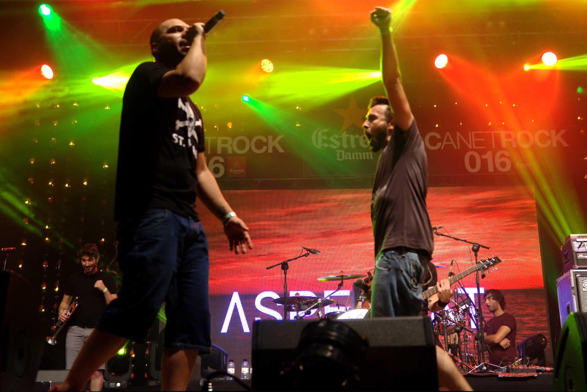 Els cantants d'Aspencat, Kiko Tur i Ivan Gosp, creuant-se a l'escenari durant una actuació del grup de la Marina al Canet Rock 2016.