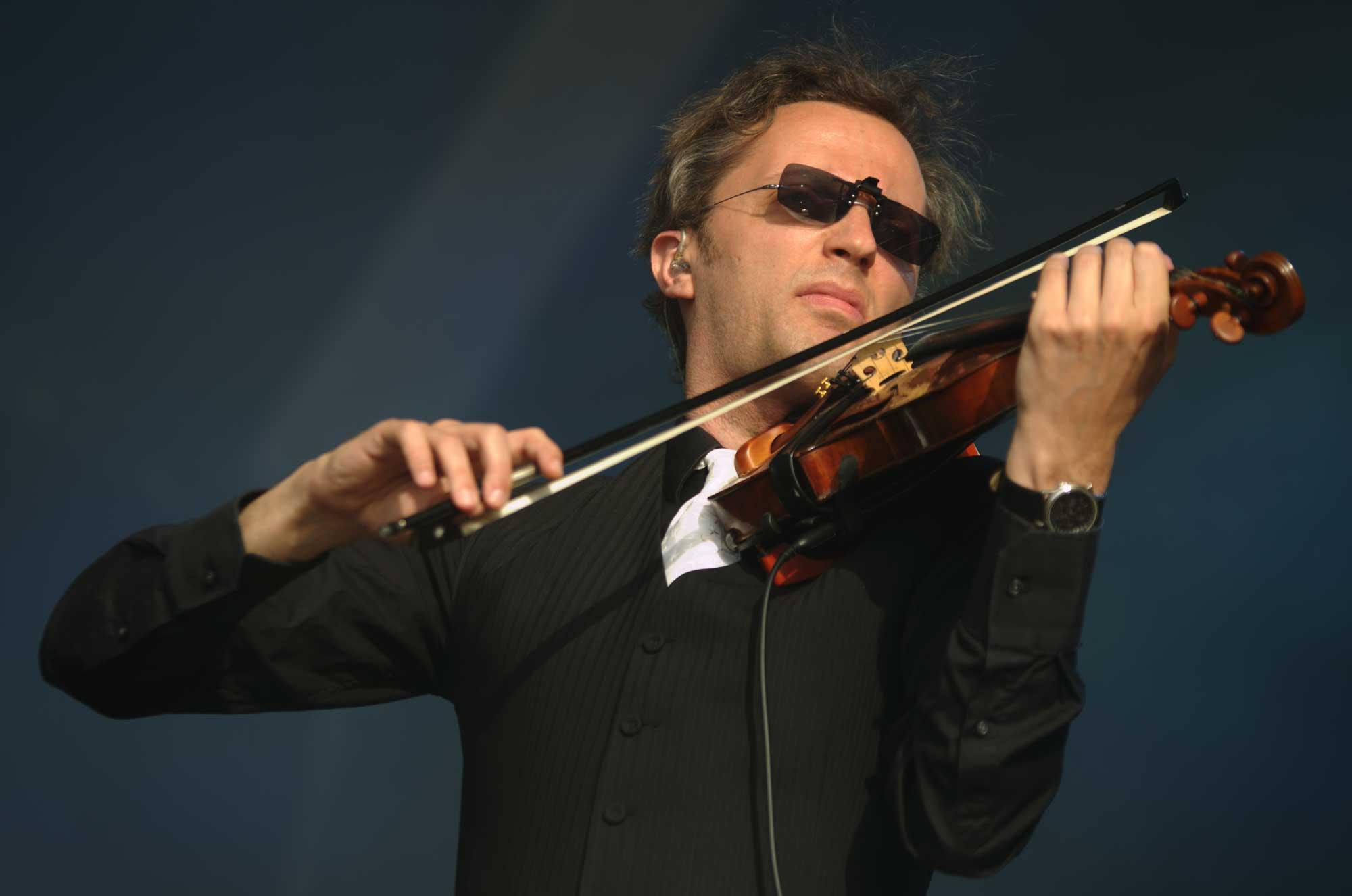 Vassil Lambrinov, violinista del grup Blaumut, actuant al Canet Rock 2016