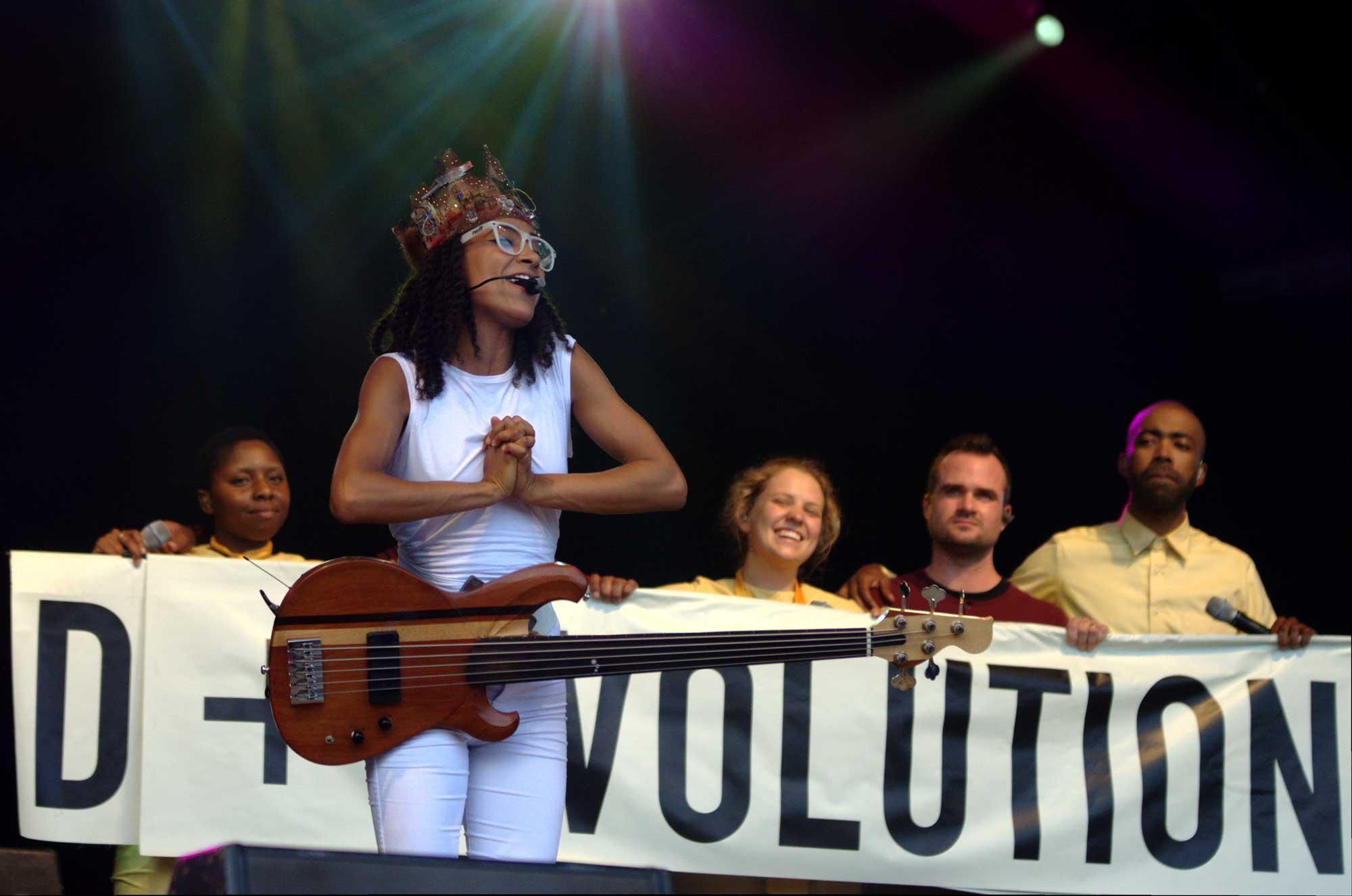 Esperanza Spalding i el seu grup al final de la presentació de 'Emily + D' al festival Cruïlla de Barcelona 2016.