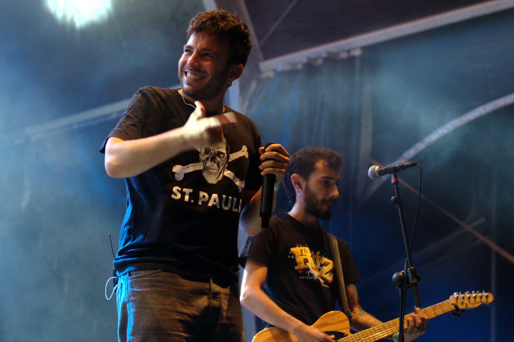 El multitudinari grup La Raíz va oferir un dels concerts més intensos del Canet Rock 2016. Els valencians van actuar ben entrada la nit, a les 3 de la matinada.