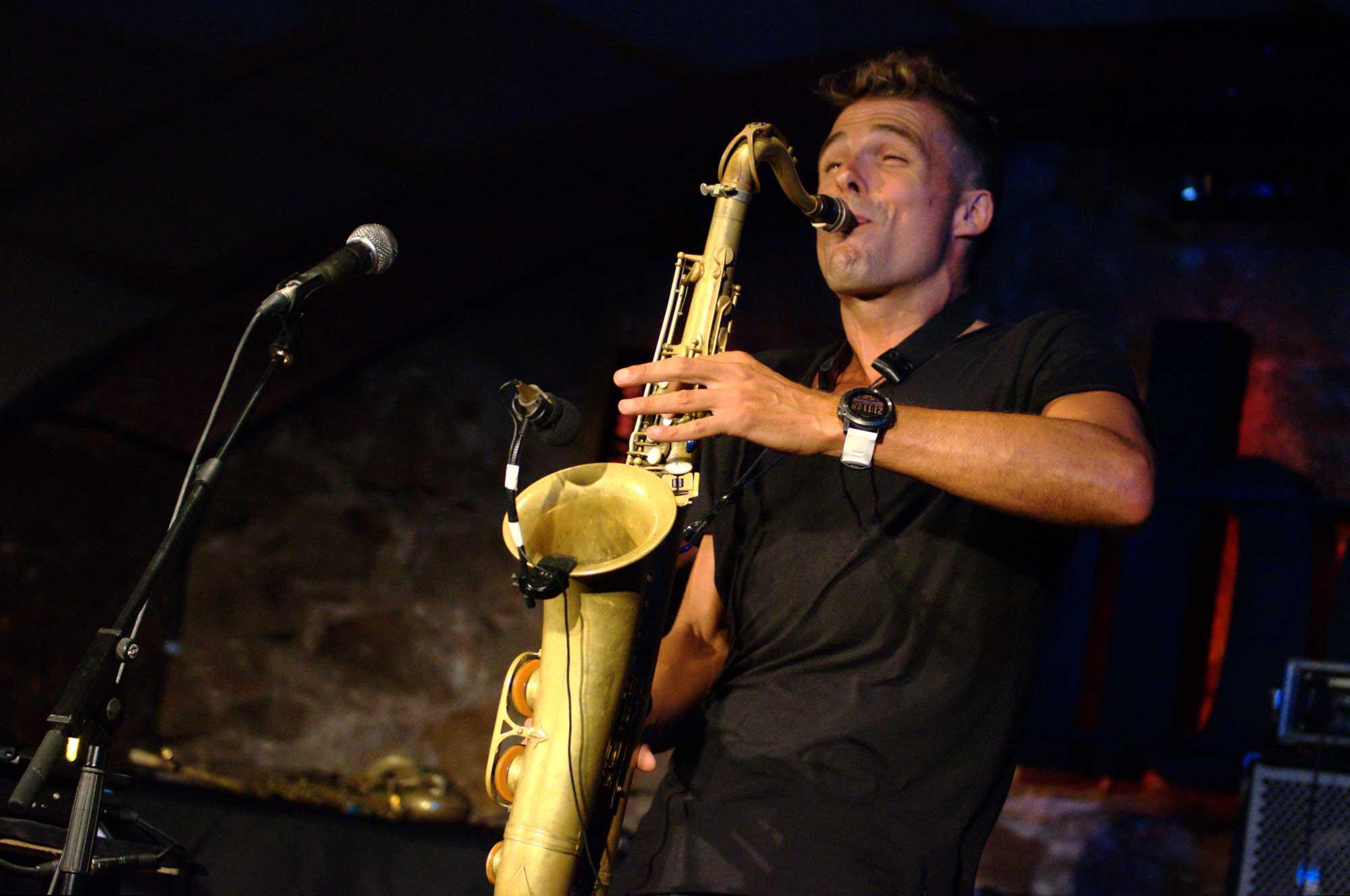 El saxofonista Llibert Fortuny actuant al Jamboree de Barcelona dins el marc del Festival Grec de Barcelona 2016.