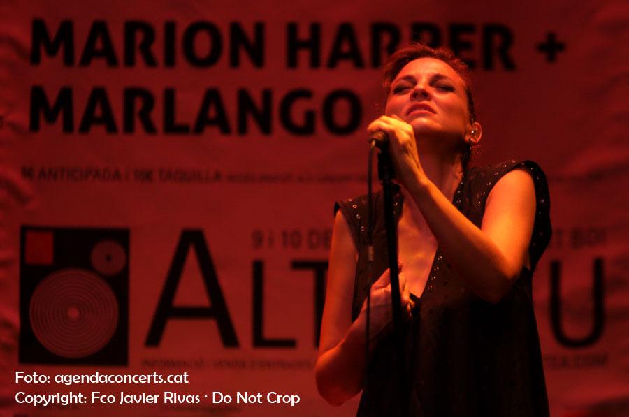 Leonor Watling, cantant de Marlango, actuant al Teatre de Cal Ninyo de Sant Boi de Llobregat dins el marc del Festival Altaveu 2016.