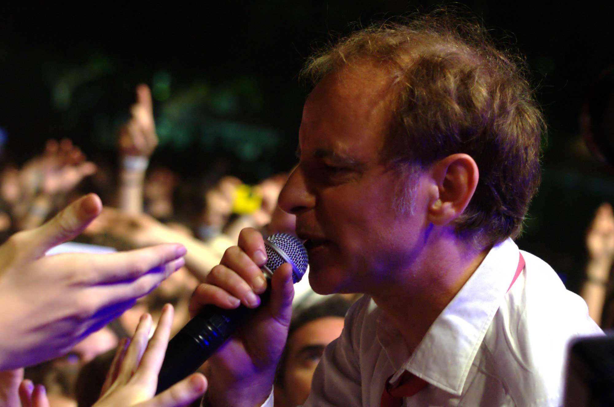 El cantant d'Els Pets, Lluís Gavaldà, entre el públic del Canet Rock 2016.