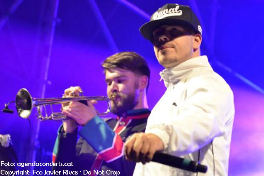 Rapsusklei, el MC L.U.C., l'AGH Kracow Band i el Taller de Músics, actuant a la Rambla del Raval de Barcelona durant La Mercè 2017.