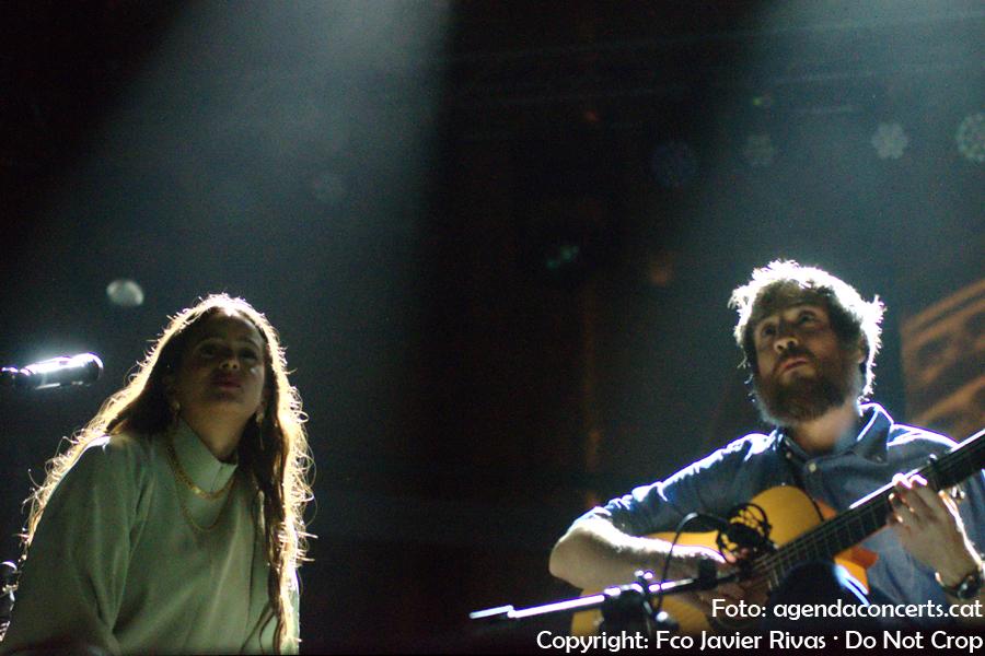 Rosalía i Raül Refree, actuant davant de la Catedral de Barcelona durant La Mercè 2017.