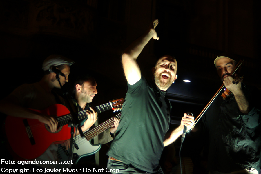 Yacine Belahcene & The Oriental Groove i Landry El Rumbero, actuant a la manifestació del 20 de setembre al costat de la Conselleria d'Economia de la Generalitat de Catalunya a Barcelona.