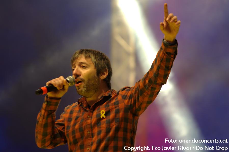 David Rosell de Brams, cantant 'Barcelona s'il·lumina' de Buhos.