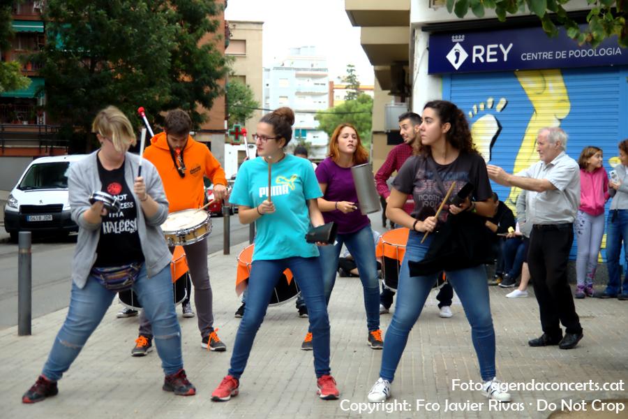 Ambient festiu durant el referèndum del 1 d'octubre a l'entrada del Institut Rubio i Ors de Sant Boi de Llobregat.