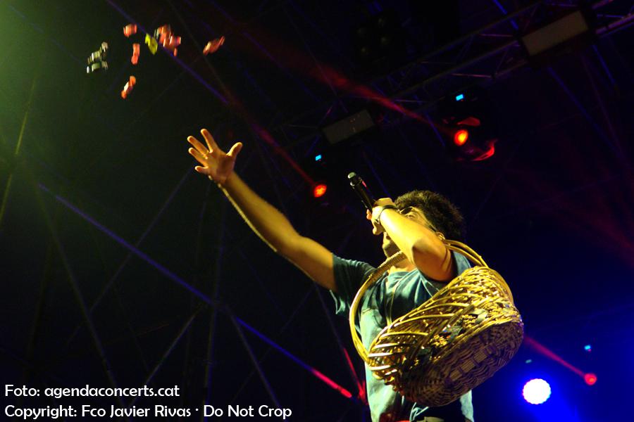 Bejo, llençant dolços al públic, actuant al Festival BAM a la Rambla del Raval durant les festes de La Mercè de Barcelona.