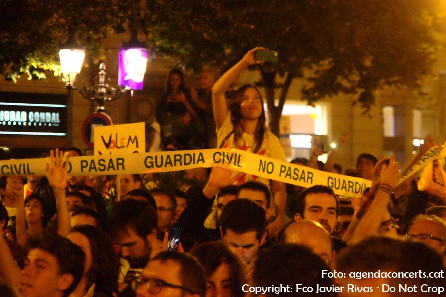 Els manifestants i assistents als concerts de la manifestació del 20 de setembre, durant l'actuació de Brams, al costat de la Conselleria d'Economia de la Generalitat a Barcelona.